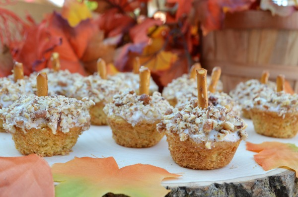 Pumpkin Spice Mini Muffins. Enjoy the flavors of fall with these adorable mini muffins!!! #BakeFallFavorites AD